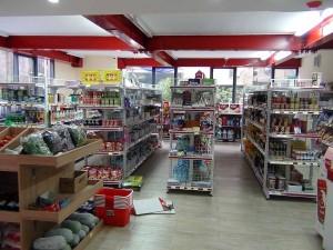 建物内にあるスーパーマーケット