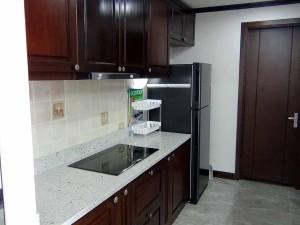 リビングルームから撮ったキッチン「カウンターではありませんが少し首を伸ばすとリビングを見渡せる設計です」