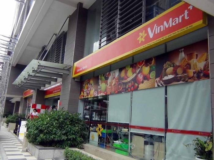 しっかりとスーパー「Vin Mart」が入っています