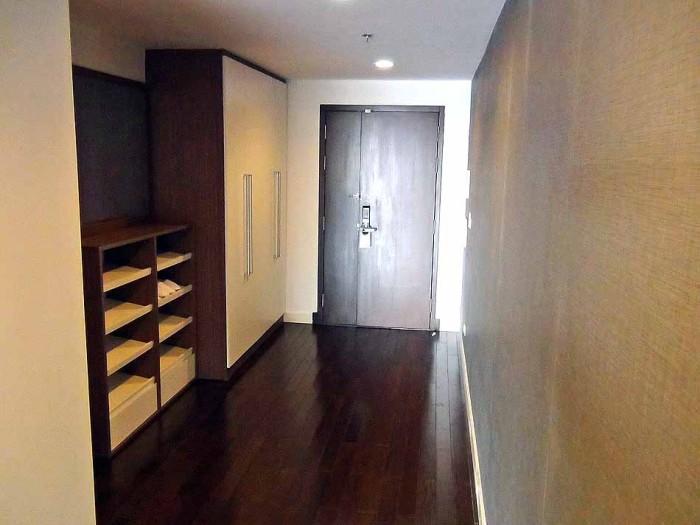 玄関からリビングルームを繋ぐ広い廊下スペース