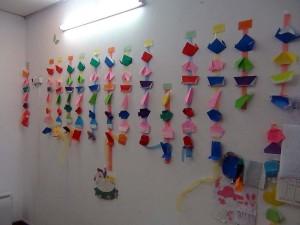 一人ずつ手作りの折り紙が掲示されています
