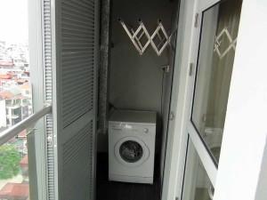 2bedはベランダに乾燥機能付き洗濯機が設置されています