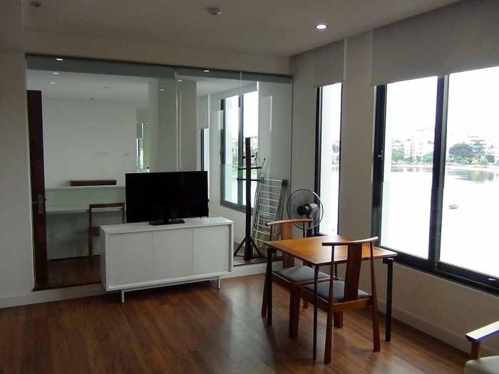リビングとベッドルームとはガラスの壁で区切られ、明るさを殺さない設計が貫かれています