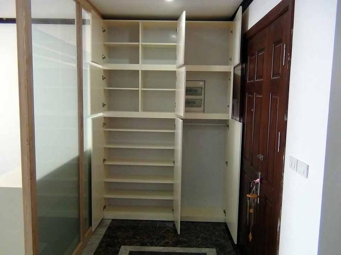 玄関から入った壁面にも靴箱といっぱいの棚がついています