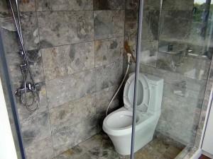 ベッドルームにあるシャワールーム「お手洗いも付いています」