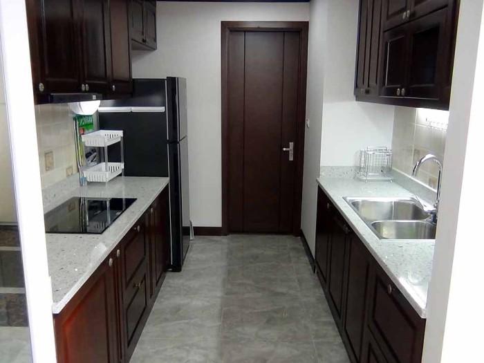 リビングに繋がるキッチン「奥の扉から室外の洗濯スペースへ出ることができます」