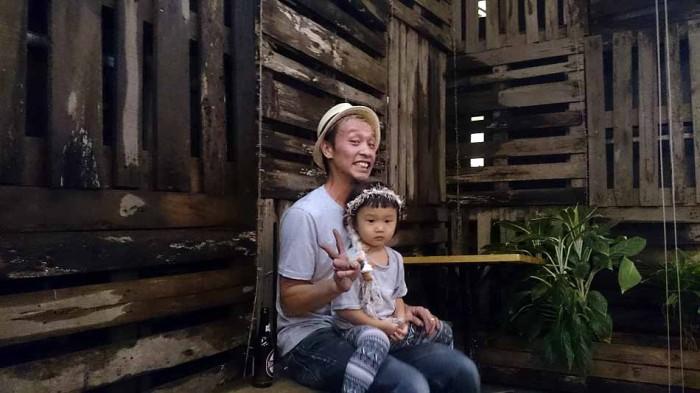 阪下オーナー、お花ちゃんをだっこしながら息を整えます「お疲れ様でした」