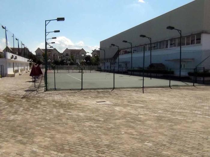 体育館横にはバスケットボールコートがあります(テニスコートは近接の綺麗なコートを利用します