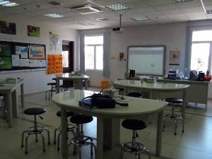 理科(生物)の教室です「細かい実験機材が整理整頓されています」