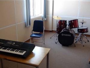 ピアノやドラムの専用練習ブースも用意されています「思い存分楽器練習できますね」