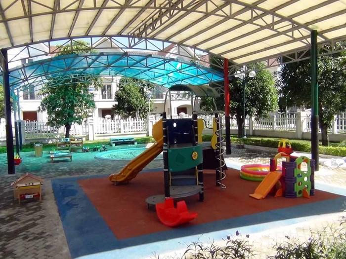 小さいお子様が安全に遊ぶ運動場が、教室の前に用意されています
