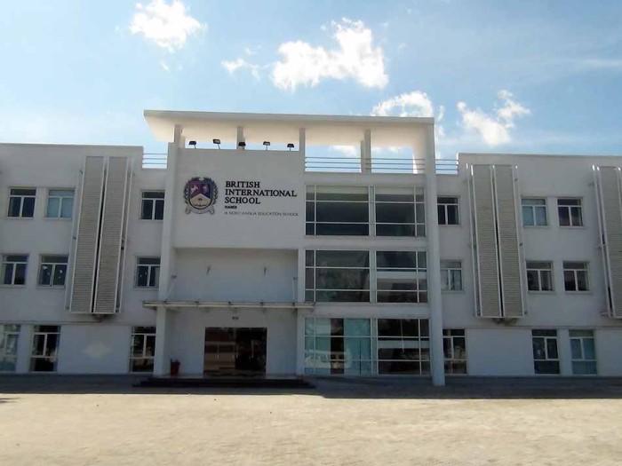 正門を一歩潜ると、綺麗に清められた校舎に出迎えられます