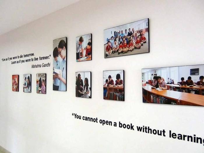 図書館前に掲げられた写真と注意書き「勉強目的以外に本は開かず」