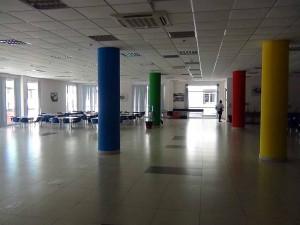 食堂の柱もクラスチーム別にに塗り分けています