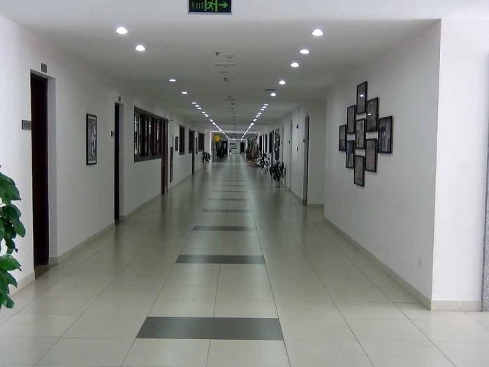 綺麗に磨き上げられた廊下
