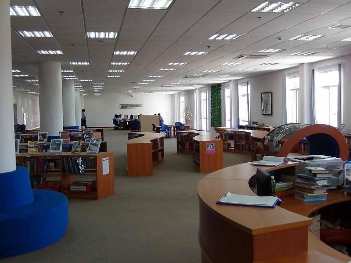 図書館の風景「高校性のゾーンと小中学生のゾーンに分かれています」