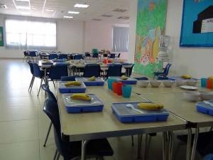 広々とした教室で食べる給食「少々暴れても広いので大丈夫」