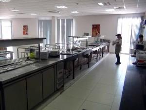 生徒の口に入る食事は掃き清められた食堂で