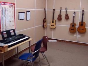 楽器を思い存分かき鳴らす場所が学校の仲に備わっています