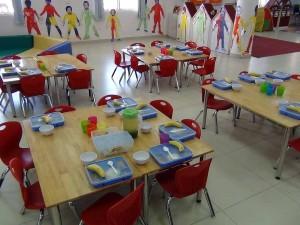 プレスクールの児童達の給食風景
