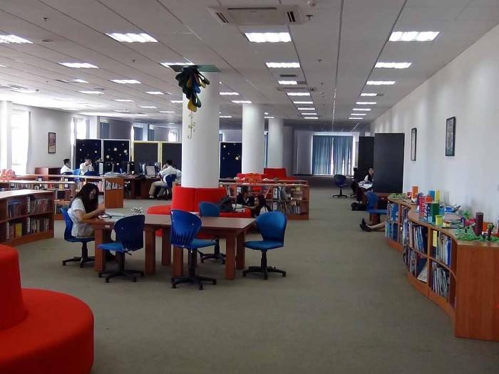 綺麗に整った図書館で、小学生達も静かに読書しています