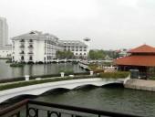 INTERCONTINENTAL HANOI WESTLAKEの室内から見たホテル本館