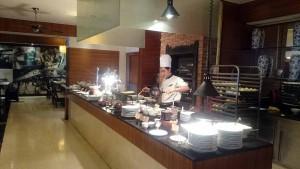 INTERCONTINENTAL HANOI WESTLAKEの朝食は料理ごとに担当シェフが給仕してくれます