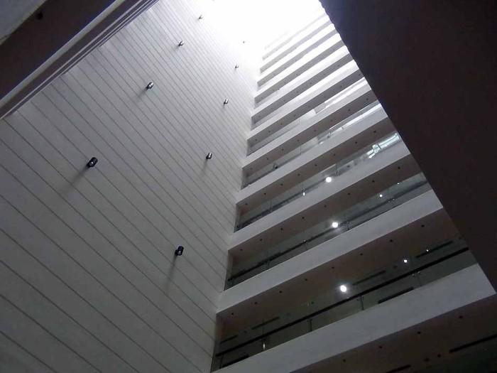 建物内は中央部に大きな吹き抜けを取り入れています