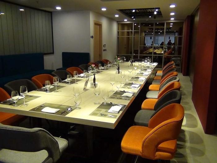 レストランにある食事をしながらのビジネスミーティングスペース