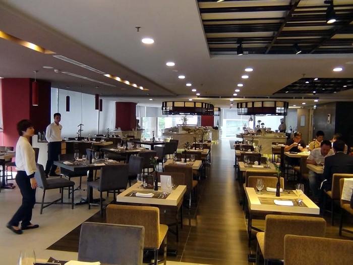 広々とした2階のビュッフェレストランです