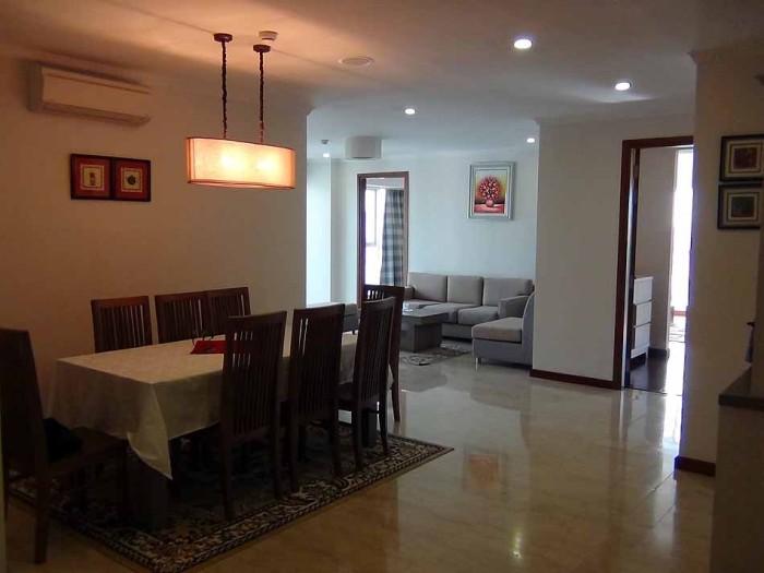 キッチン横のダイニングスペースと奥にリビングスペースが緩やかに分かれています