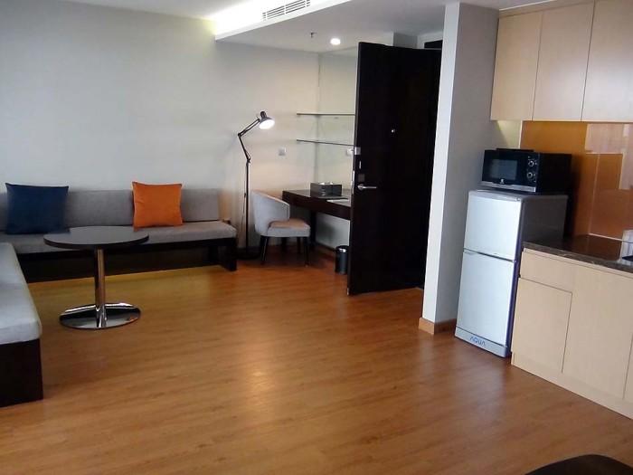 狭い1ベッドルームですが、家具の配置と色使いに気を使った室内