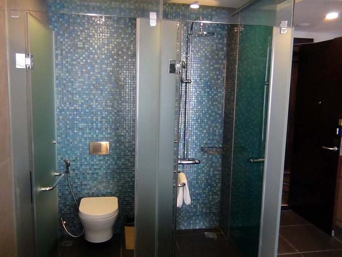 バスタブとシャワーブースとお手洗いはセパレートです
