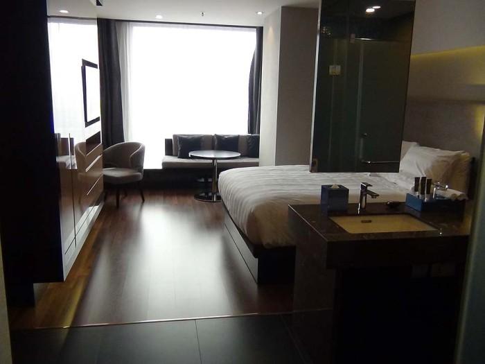 Studioタイプのお部屋「ベッドとソファーはしっかりと距離を保っています」