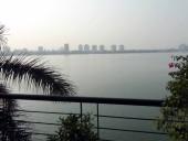 タイ湖の湖畔に面した東岸エリアに、豪奢なサービスアパートや5つ星ホテルがひしめき合っています