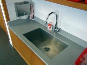 各教室にかならず付いている「飲める水が出る水道シンク」