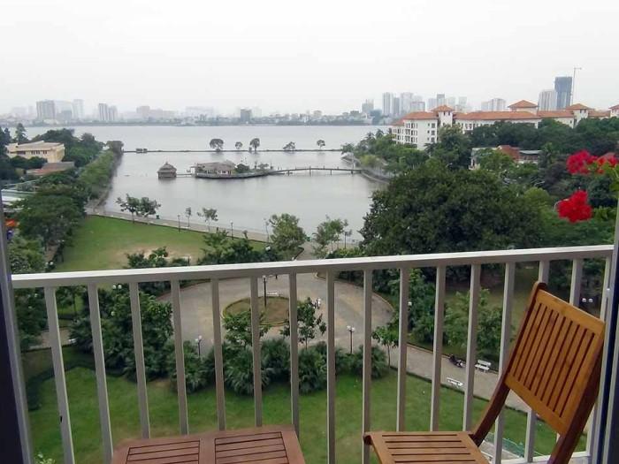 真下は綺麗な公園、その向こうはタイ湖のレイクビューが広がります