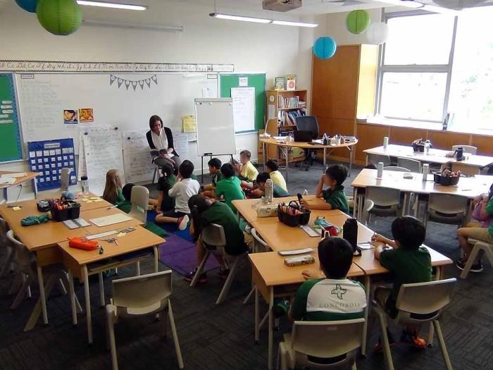 授業風景「上に着る服は制服で、ズボンは指定色であれば各自自由に着用できます」