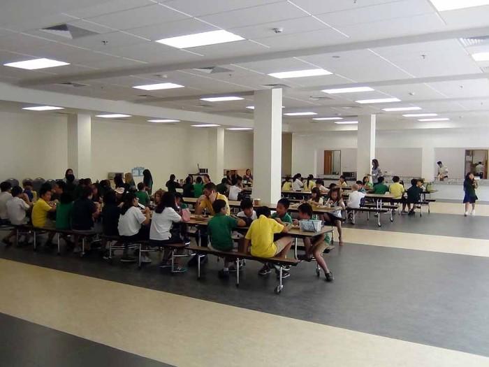 クラス単位でこの食堂を利用します。いつも先生が先導してどこへも移動します