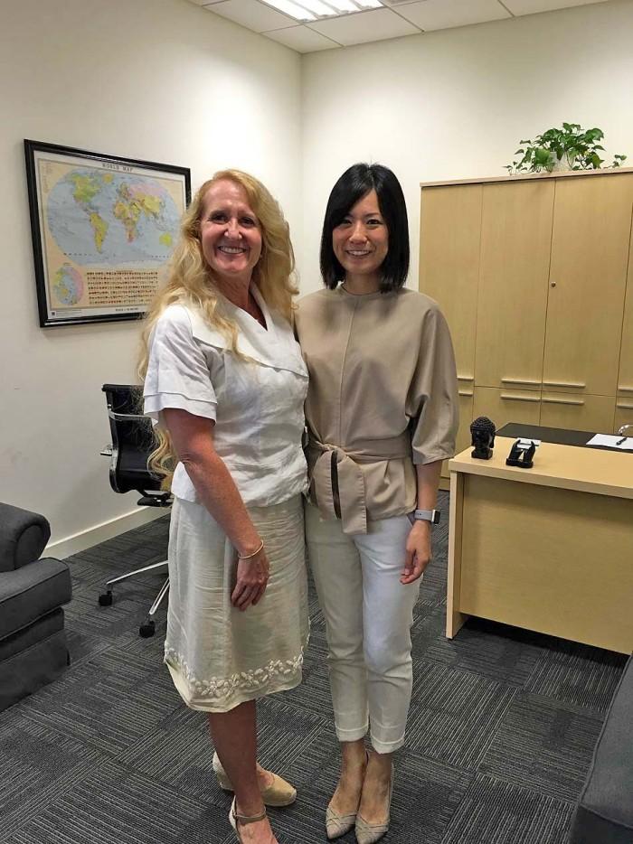 ミナさんに代わり新しく赴任された日本人窓口エリさんとKim先生との2ショットです