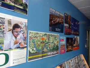 大学の宣伝広告資料が廊下に置かれています