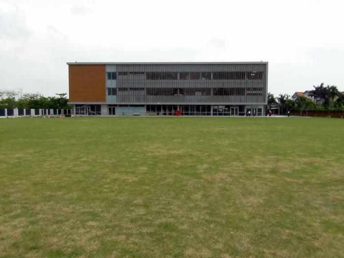 天然の芝を敷き詰めた大運動場