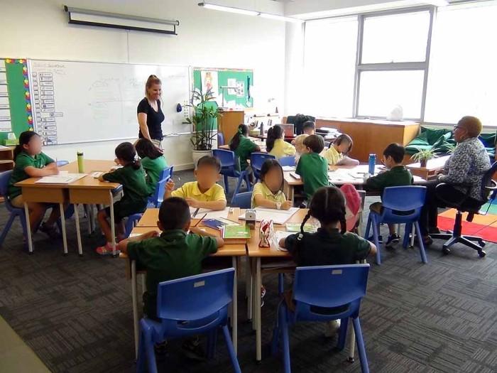 4人1組の机の配置「独特な人数配分ですね、何の授業なのでしょうか」