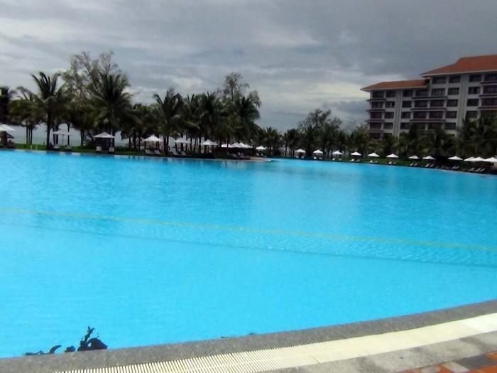 直ぐ横には綺麗な海が広がっていますが、敷地内プールも併設されています