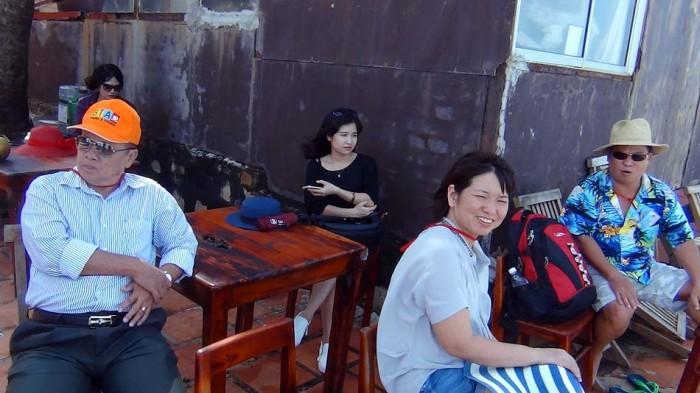 手前がHuyenさん、右のアロハシャツの男性がHuyenさんのご主人、奥の黒い服着た笑顔の子がTinhちゃん