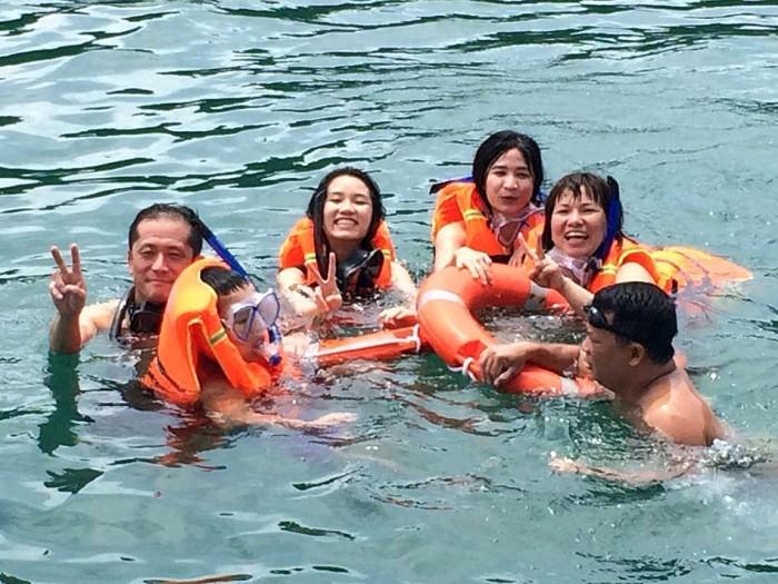 泳げないスタッフが全員海に浮かんでいます「怖ーい、けど楽しーい」