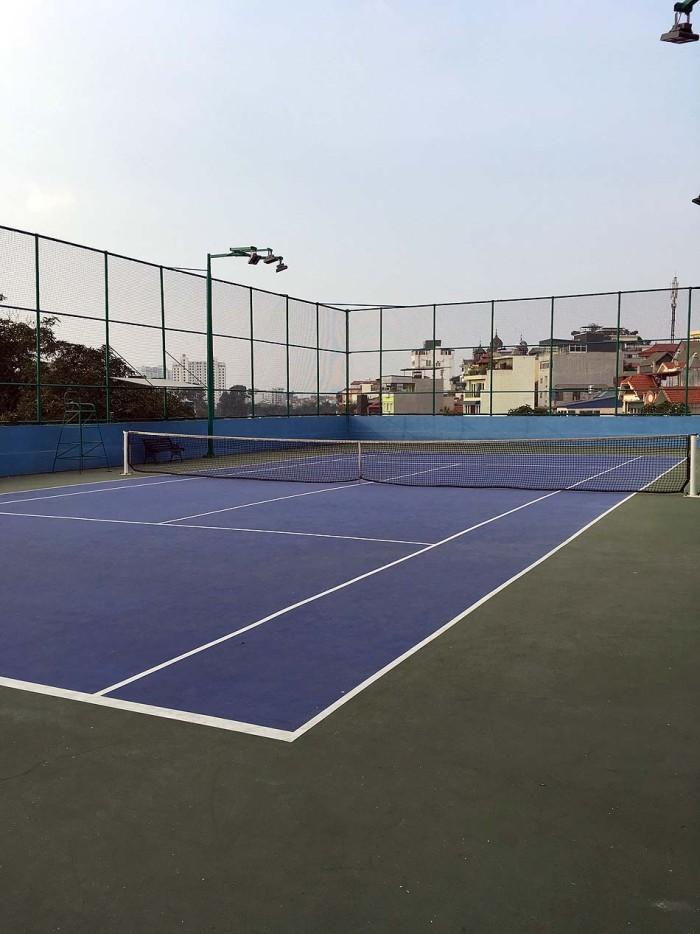 テニスコートは屋上にあり、フィットネスジムの係の人にコートを予約していただきます
