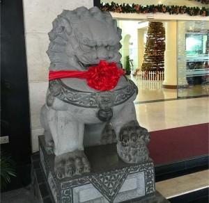 神社に座る石の獅子にそっくりなお客様でした