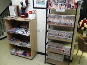 日本の漫画本がぎっしり並んでます