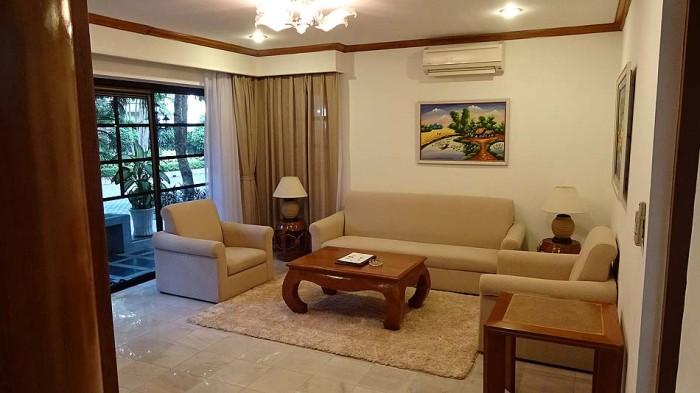 1階に広い専用庭とリビングダイニングキッチンがあり、2階に廊下たっぷりに3部屋あります